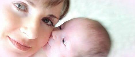 Neonato che bacia la mamma