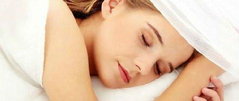 Donna che riposa a letto